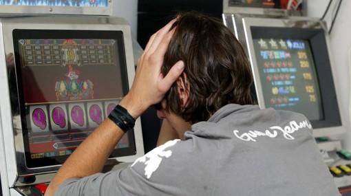 Gioco d'azzardo, la pdl in Regione a rilento: respinte le pregiudiziali delle opposizioni, ma la maggioranza si divide