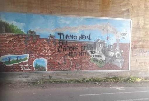 Il murale della memoria bricherasiese imbrattato da una scritta amorosa
