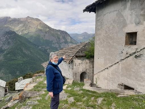 Mara Celegato che indica il tetto del Quartiere della Ridotta Belvedere del Forte Valli di Fenestrelle