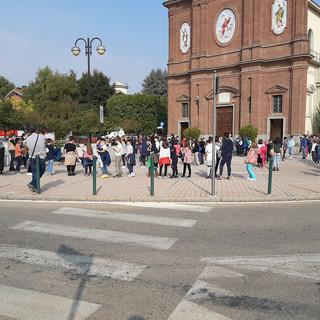Gli alunni evacuati in piazza Vigo a None