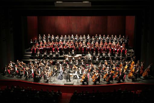 L'orchestra e il coro del Teatro Regio di Torino