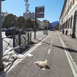 I rifiuti sparsi in corso Torino mercoledì scorso