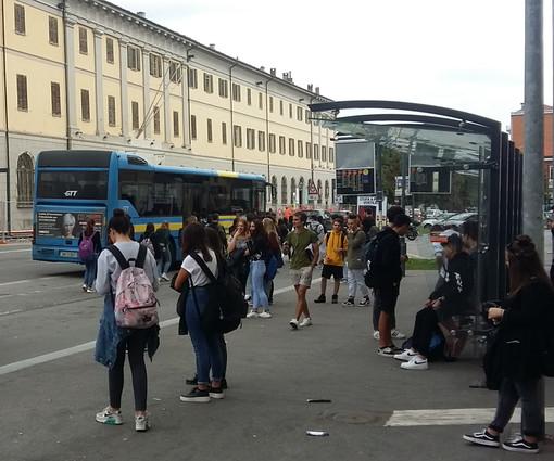 Ritorno in classe alle superiori di Pinerolo: il problema del distanziamento sul bus