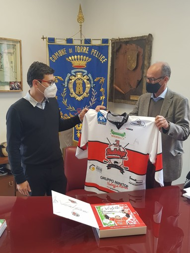 Cogno consegna la maglia delle giovanili della Valpe a Leonz Eder