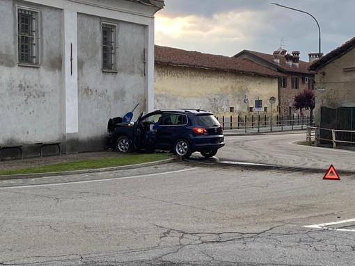 Si schianta contro la chiesa di Sant'Antonio a Virle Piemonte: «Andavo piano, ma i freni non hanno funzionato» (FOTO)