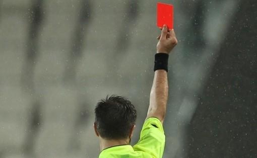 Nel calcio che sogna di ripartire, il Coronavirus vieta di protestare con l'arbitro