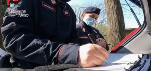 carabinieri compilano un verbale