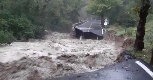 strada devastata dopo l'alluvione dello scorso ottobre