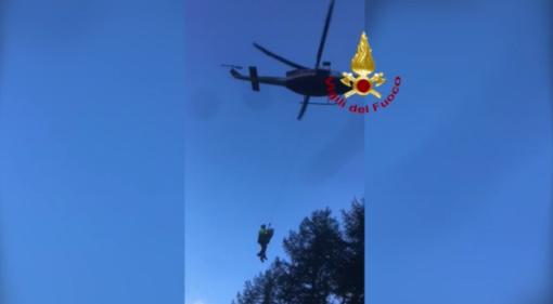 Si perde tra i boschi di Prali: lo recuperano sano e salvo i vigili del fuoco [VIDEO]