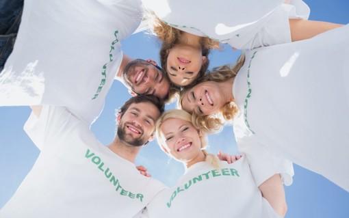 Volontari abbracciati